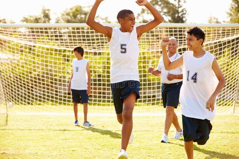 Meta que anota del jugador en partido de fútbol de la High School secundaria imagenes de archivo