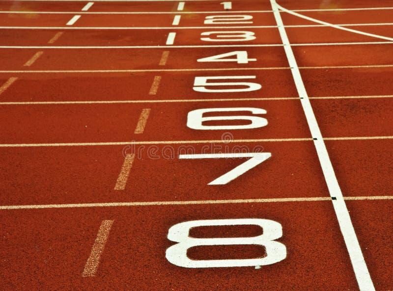 Meta running do começo da trilha do atletismo imagem de stock