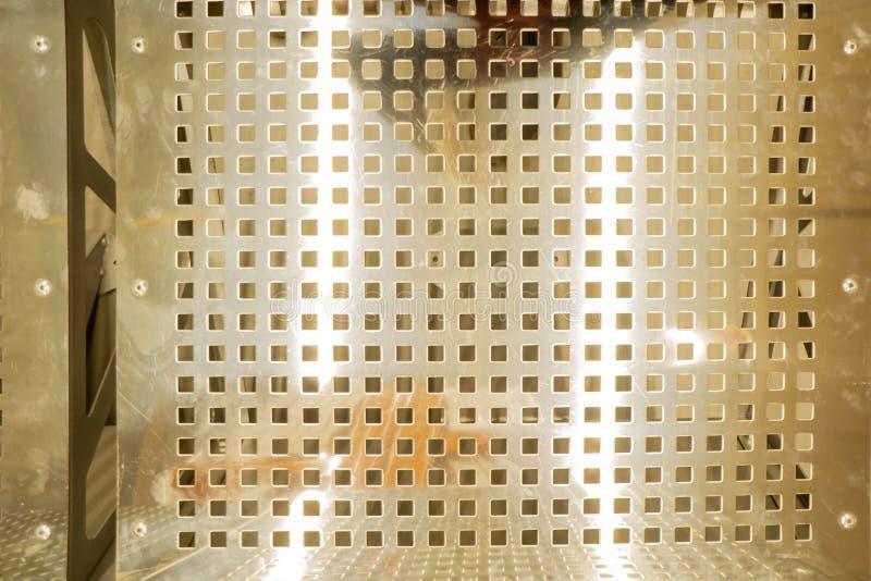 Metaal achtergrondpuntpatroon Textuur van geperforeerd roestvrij staal Bank die van metaal wordt gemaakt Mening van hierboven stock afbeeldingen