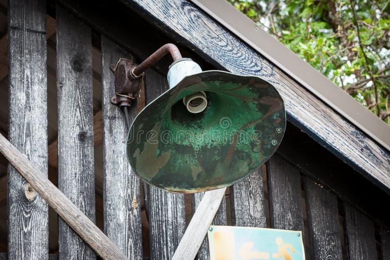 Metaal gebroken lamp in oude houten schuur royalty-vrije stock afbeeldingen