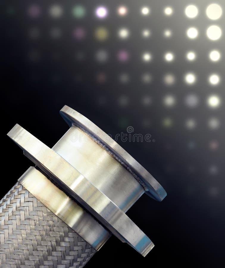 Metaal gevlechte slang met flensmontage. stock fotografie