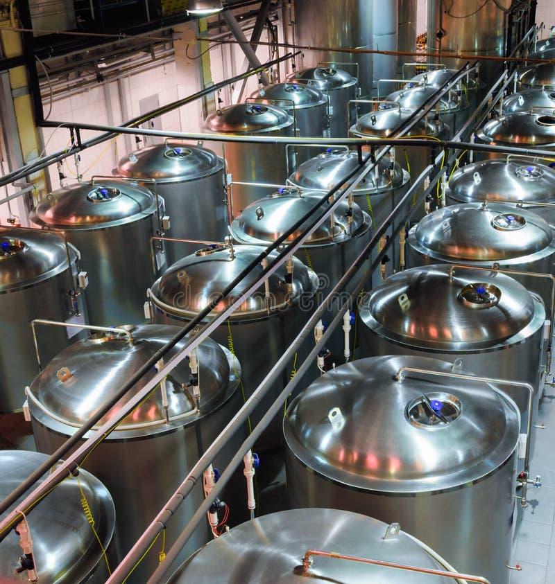 Metaal glanzende tanks voor gisting en biergisting stock afbeelding
