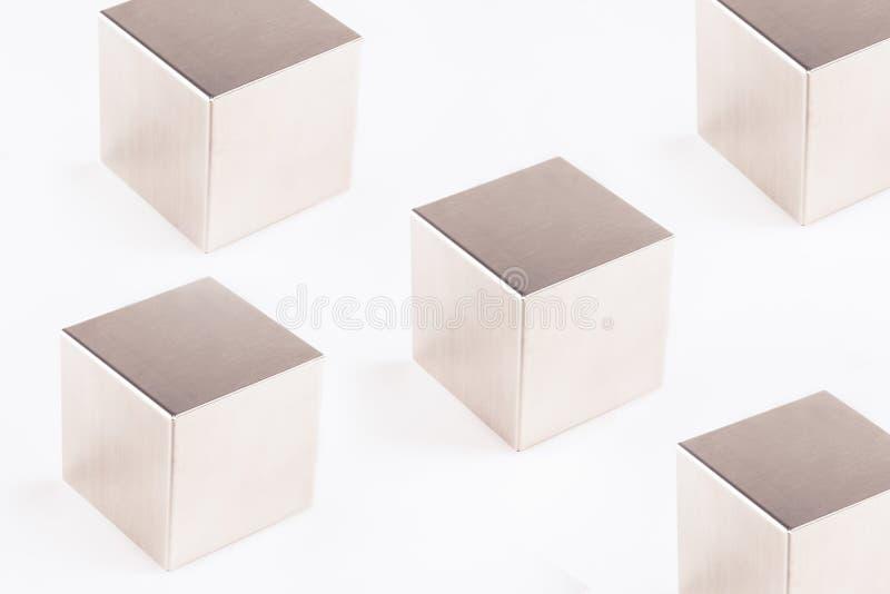Metaal grijze kubussen op een witte achtergrond royalty-vrije stock afbeelding