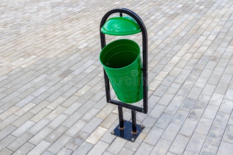 Metaal groene urn op de stoep stock foto's