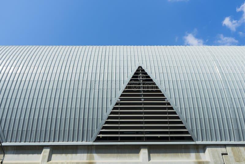 Metaal het geribbelde boog-spanwijdte dak behandelen stock foto