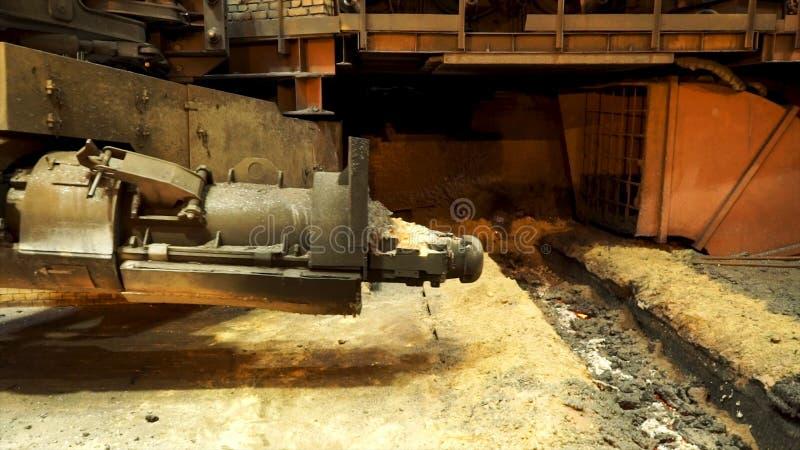 Metaal het gieten proces met brand op hoge temperatuur bij de fabriek, zware industrieconcept Voorraadlengte Hete winkel van royalty-vrije stock fotografie