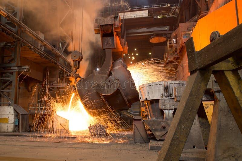 Metaal het gieten proces met brand op hoge temperatuur in de fabriek van het metaaldeel royalty-vrije stock foto