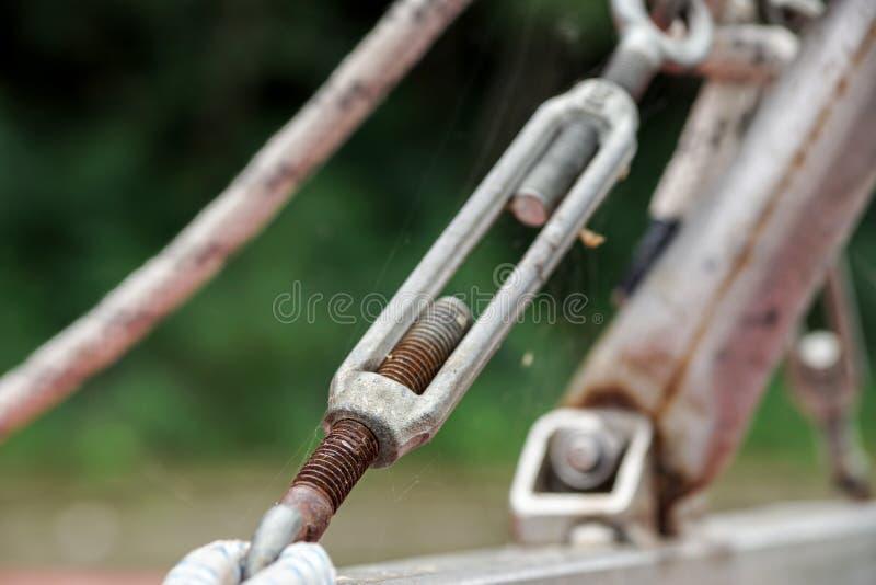 Metaal het vastmaken van twee staalkabels stock foto