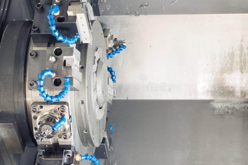 Metaal leeg het machinaal bewerken proces op draaibank met hulpmiddelen en koelmiddel bij staal productie royalty-vrije stock foto