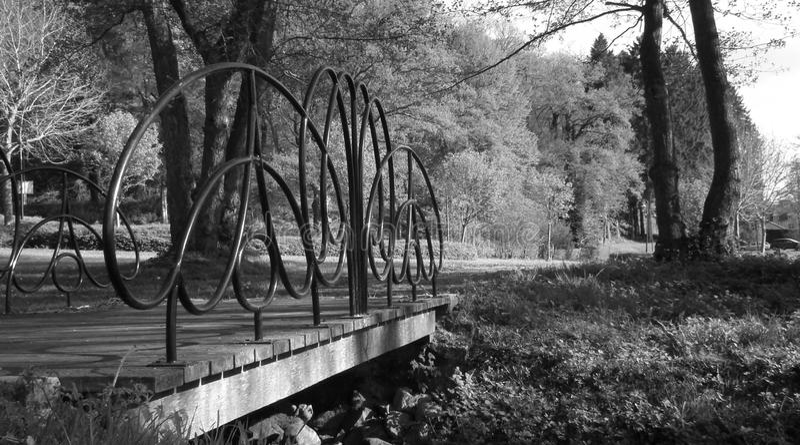 Metaal oude brug in landschap royalty-vrije stock afbeeldingen