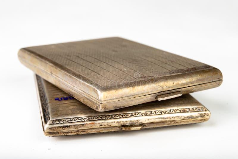Metaal oude pijp op een witte lijst Ouderwets sigarettenpak royalty-vrije stock fotografie