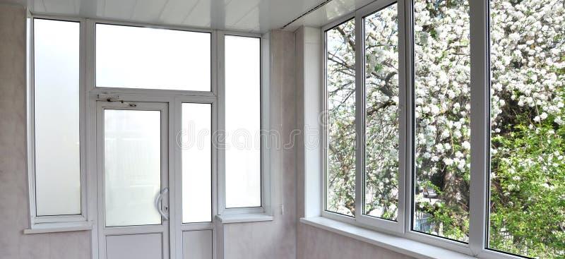 Metaal-plastic deuren en vensters in de loggia stock afbeeldingen