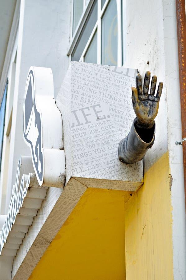 Metaal stedelijk beeldhouwwerk van hand bij de voorgevel van Novgorod-centrum van eigentijdse kunst in Veliky Novgorod, Rusland stock afbeeldingen
