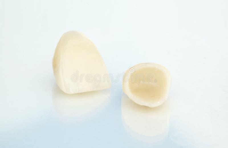 Metaal vrije ceramische tandkronen stock foto