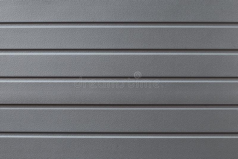 Metaal weerspiegelende grijze gegroefte oppervlakte Grijze metalline achtergrond, textuur Metaalpoort in het lijnclose-up Abstrac royalty-vrije stock foto's