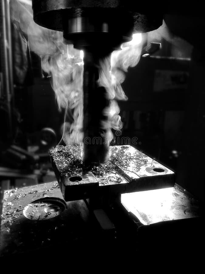 Metaal werkende machine terwijl het werken stock foto