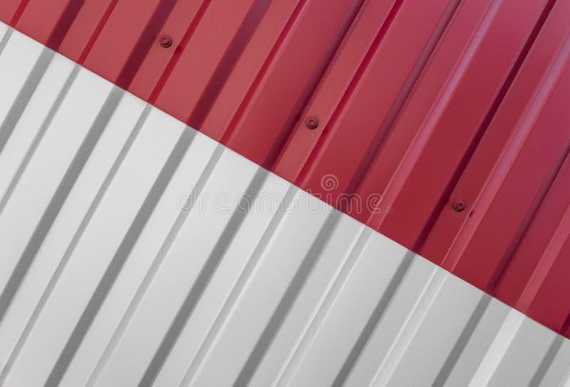 Metaal wit en rood blad voor de industriële bouw en bouw Het metaal van het dakblad of golfdaken van fabriek stock afbeelding