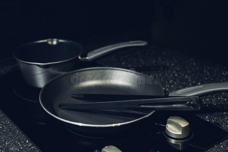 Metaal zwarte pan met een non-stick deklaag op elektrisch fornuis royalty-vrije stock foto