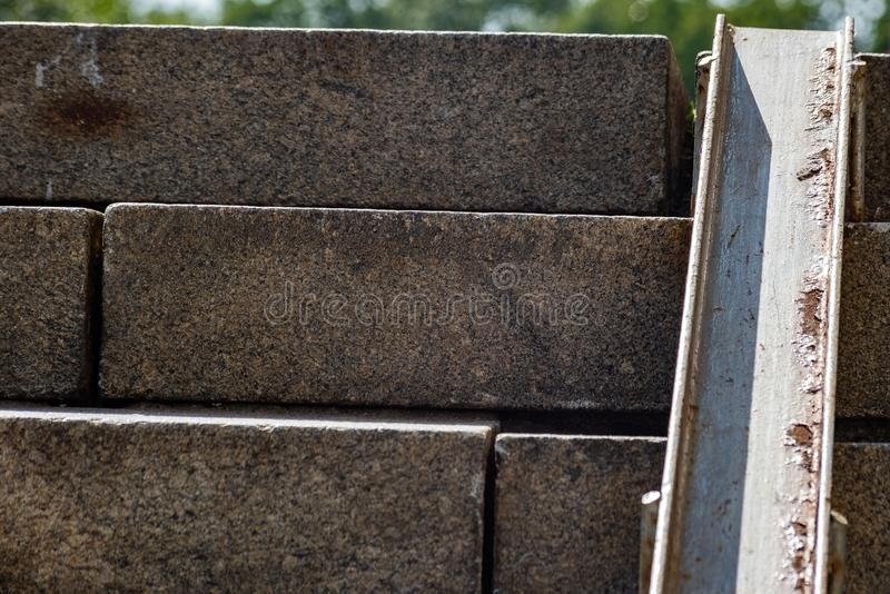 Metaalafdaling in een steenstap stock foto