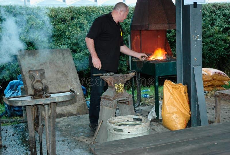 Metaalarbeider en brandende oven stock afbeelding