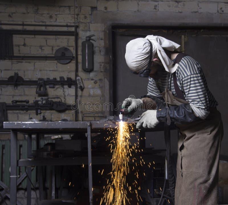 Metaalarbeiderknipsel die op staalplaat tot vonken, scherp ijzer leiden royalty-vrije stock foto