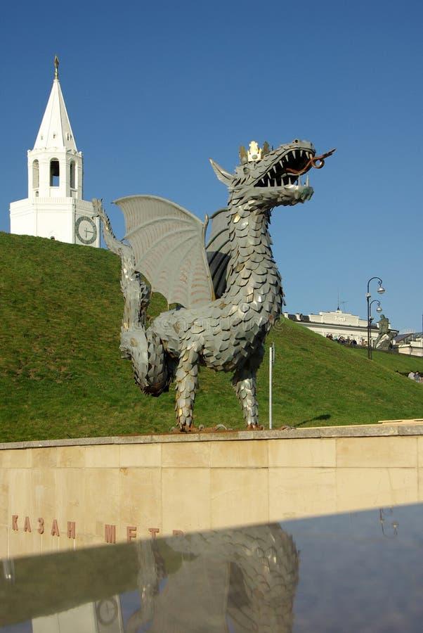Metaalbeeldhouwwerk van Zilant, het officiële symbool van Kazan stock afbeelding