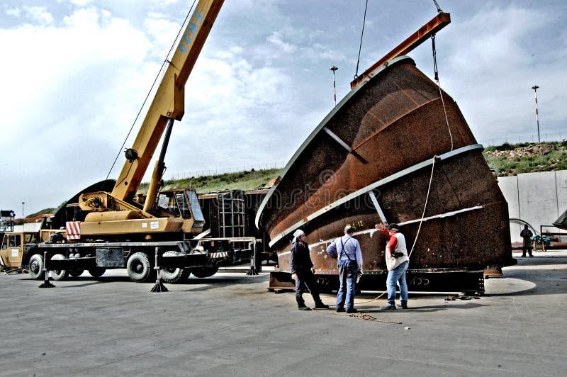 Metaalbewerkingsbouw van grote buizen met arbeiders die lassenmachine werken royalty-vrije stock foto