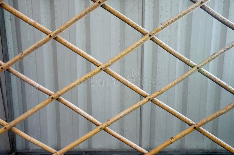 Metaalblad en de achtergrond van de bamboelat stock fotografie