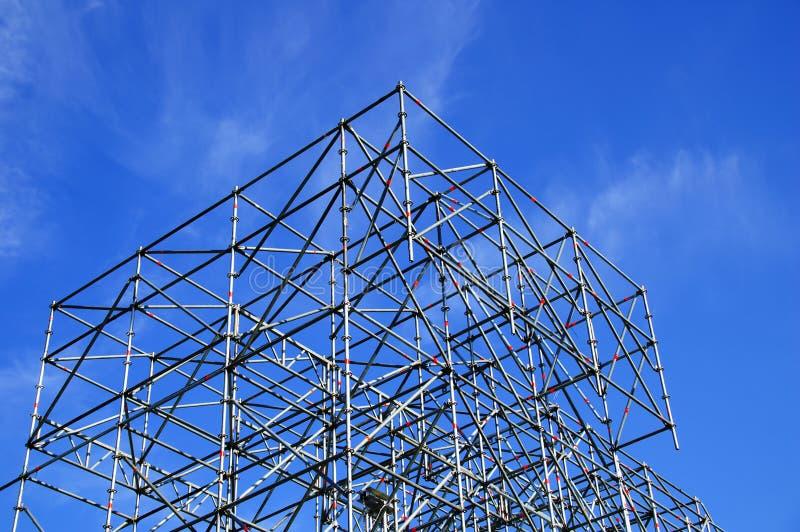 Metaalbouw op blauwe hemelachtergrond royalty-vrije stock foto