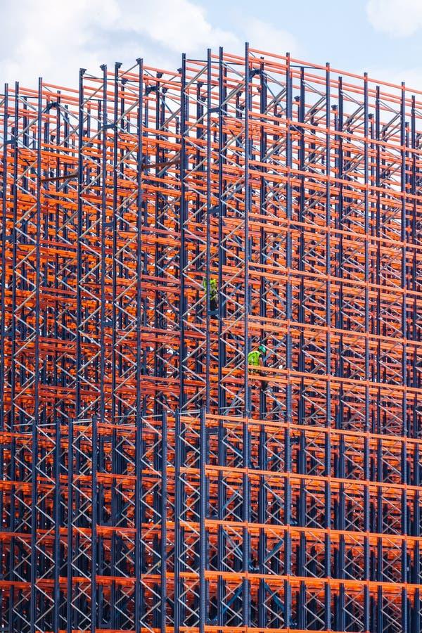 Metaalbouw op de hemelachtergrond stock afbeelding