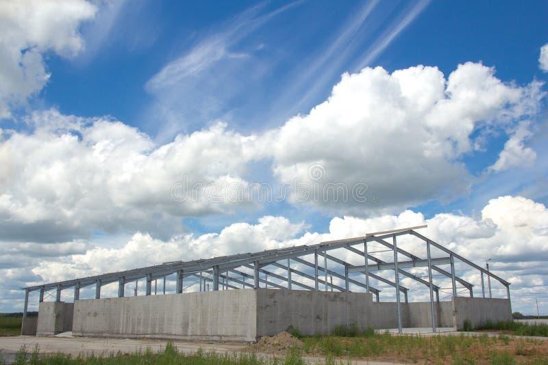 Metaalbouw op een concrete basis stock afbeelding