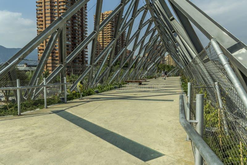 Metaalbrug in het midden van de stad stock foto's