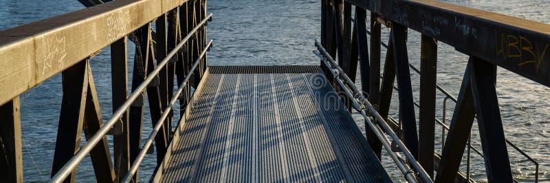 Metaalbrug voor meertros van rivierschepen royalty-vrije stock afbeeldingen