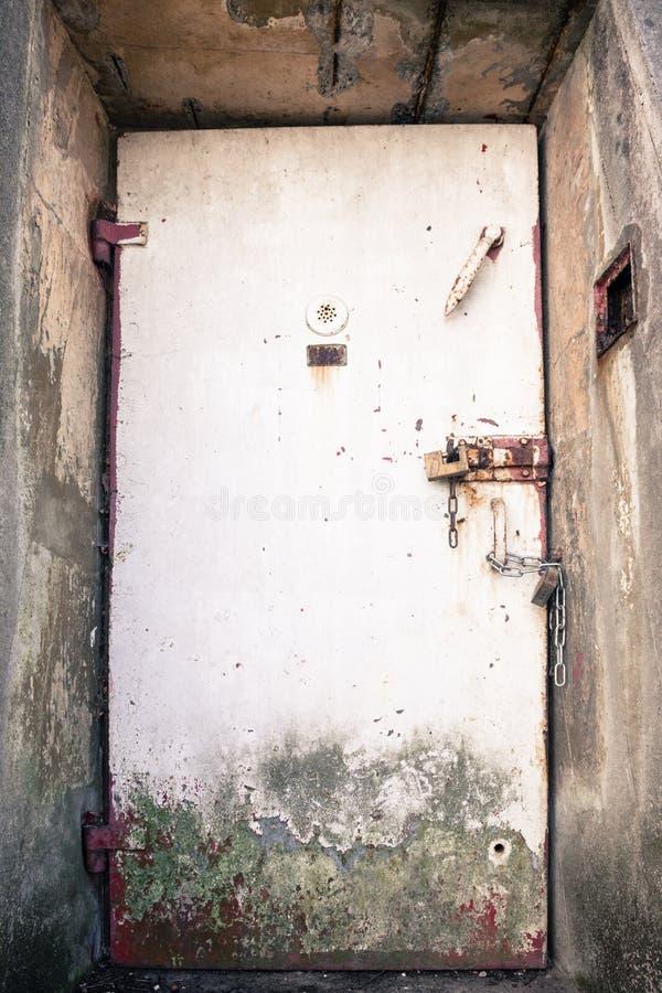 Metaaldeur van een oude bunker stock afbeelding