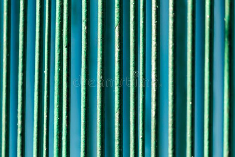 Metaaldieomheining met groene verf als achtergrond wordt geschilderd stock afbeeldingen