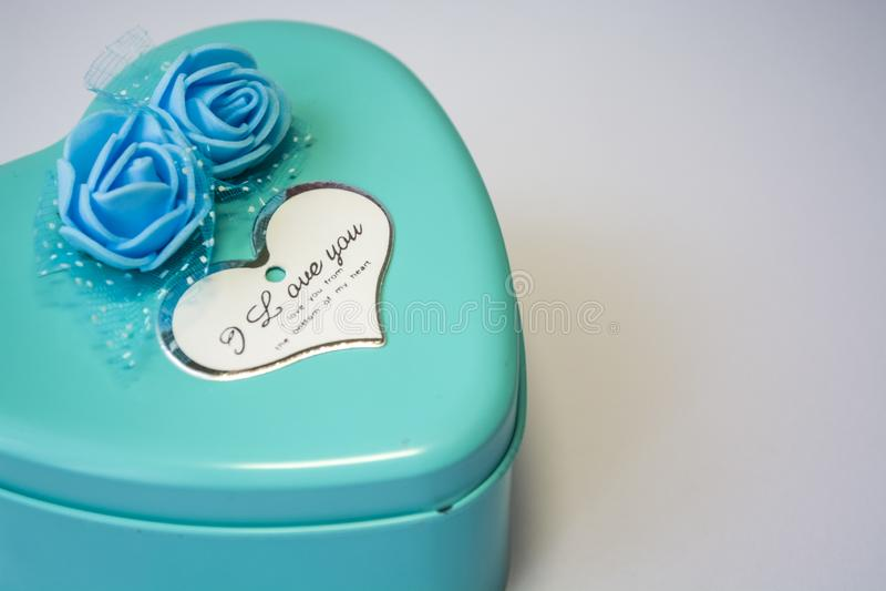 Metaaldoos in de vorm van hart met de inschrijvings 'I Liefde u 'en met rozen St de Dag van de valentijnskaart ` s Witte achtergr royalty-vrije stock fotografie