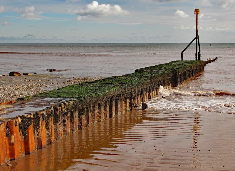 Metaalgolfbreker op het strand in Sidmouth in Devon royalty-vrije stock fotografie
