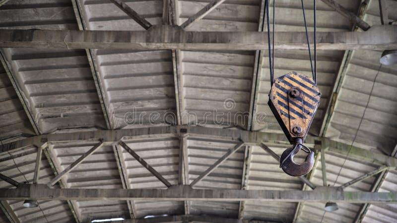 Metaalhaak op kabels, hulpmiddel om zware ladingen, de industrie op te heffen stock foto