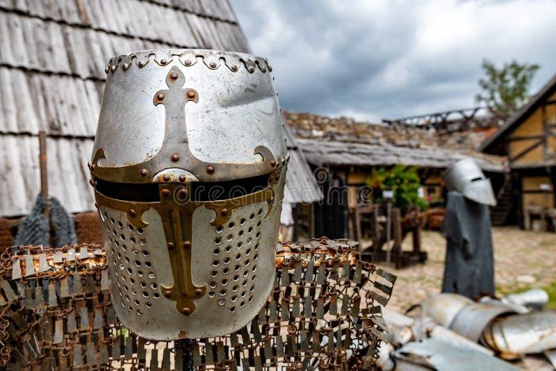 Metaalhelm voor een ridder op een hanger Toebehoren voor militairen in de Middeleeuwen stock foto's