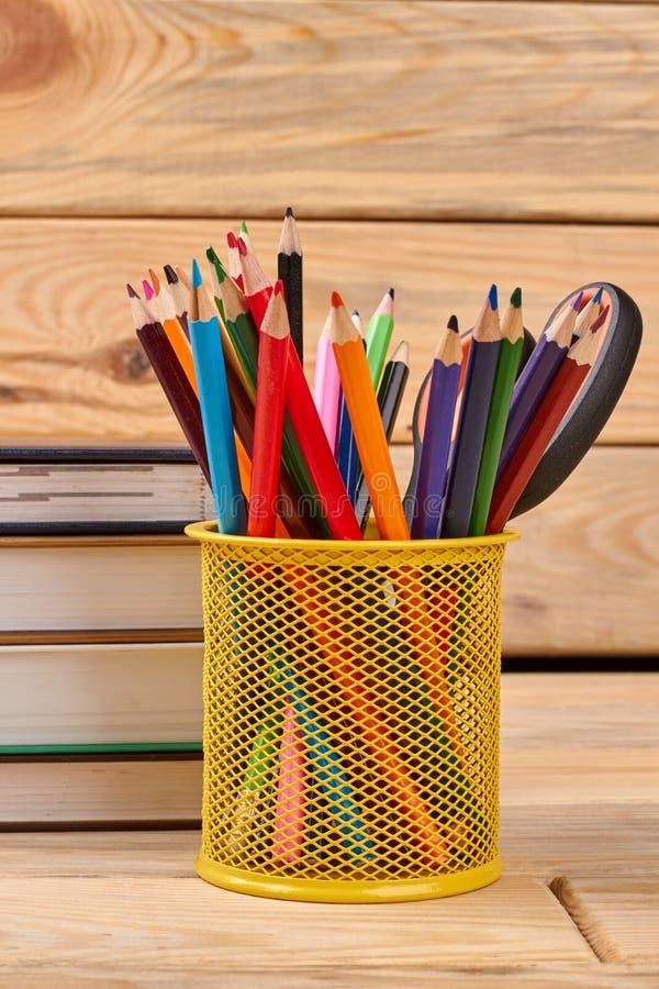 Metaalhouder met multicolored potloden stock foto's