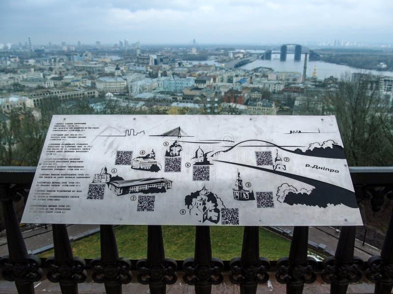 Metaalkaart van de aantrekkelijkheden van Kiev op de achtergrond van het stadspanorama van Kiev royalty-vrije stock fotografie