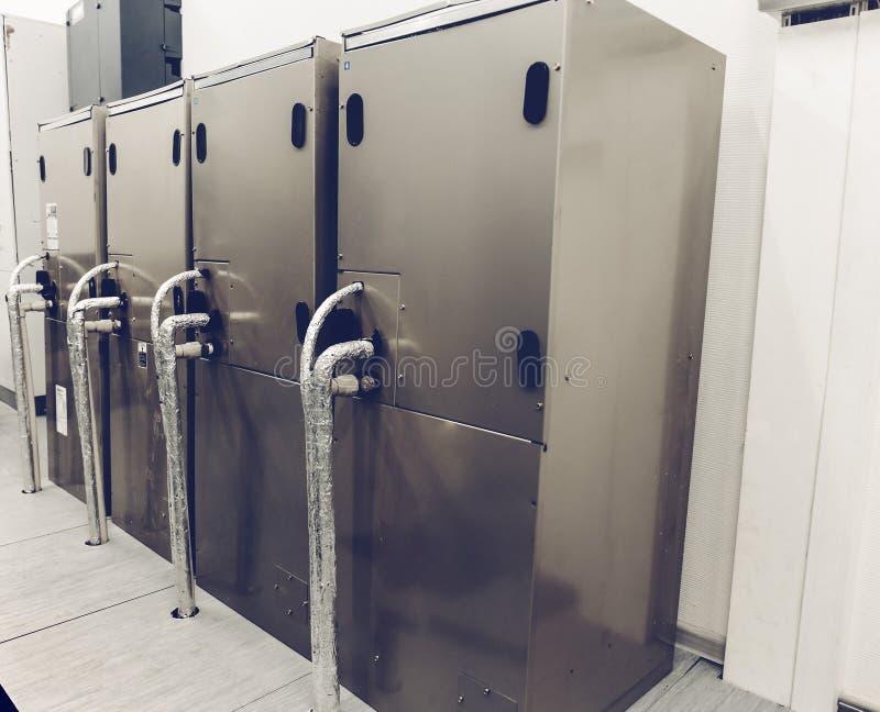 Metaalkabinetten, koelmateriaal in de serverruimte in gegevenscentrum royalty-vrije stock foto's