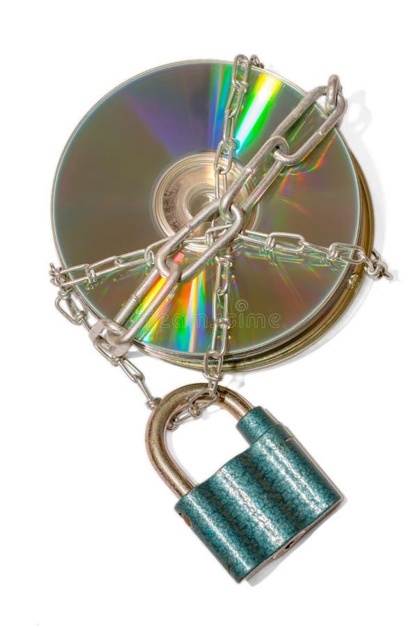 Metaalkettingen in CDs als symbool van gegevensbeveiliging worden ingepakt die royalty-vrije stock fotografie