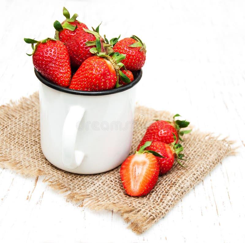 Metaalkop met aardbeien stock fotografie