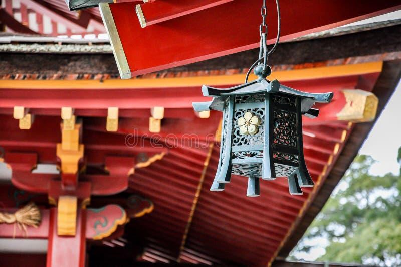 Metaallantaarn in het heiligdom van Dazaifu Tenmangu, Japan stock fotografie
