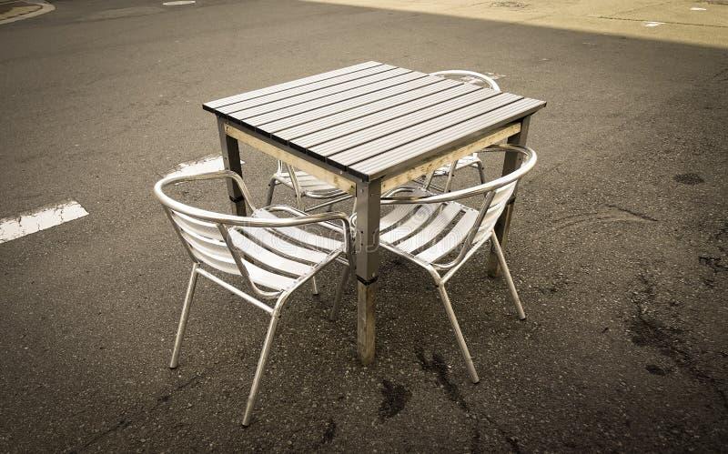 Metaallijst en stoelen bij straatmarkt stock foto