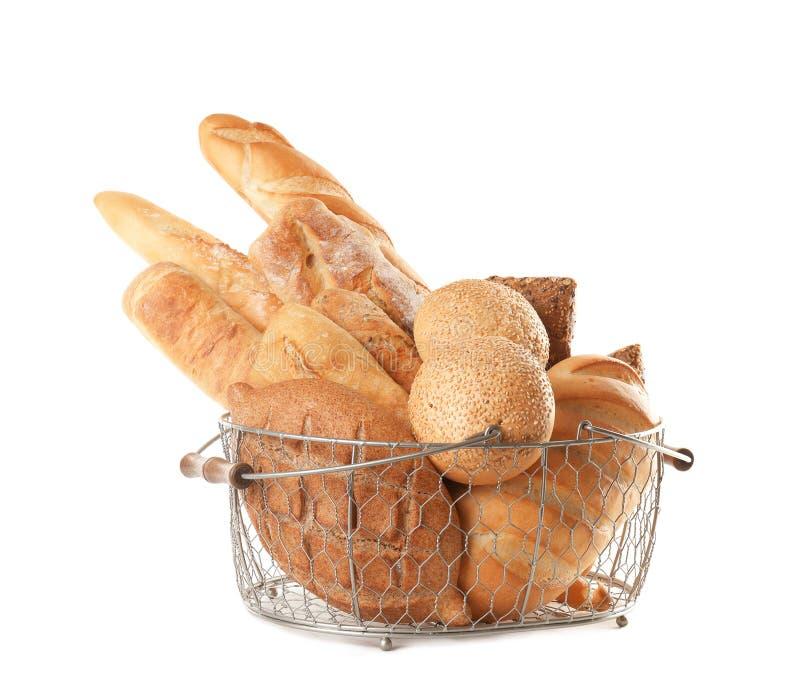 Metaalmand met verschillende soorten brood op wit stock foto's