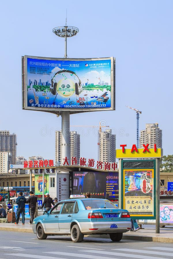 Metaalmast met grote openlucht reclame, Dalian, China royalty-vrije stock afbeeldingen
