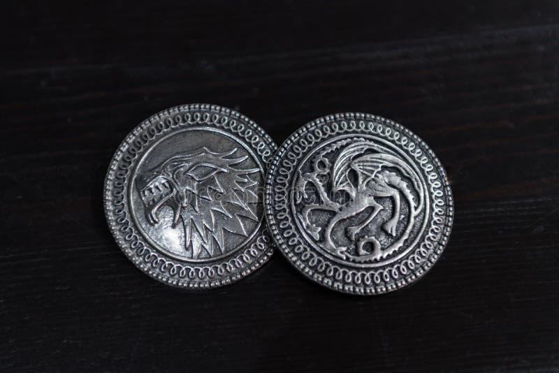 Metaalmedailles door de Grimmige huisschilden en Targaryen van het TV-reeksspel van Tronen voor verkoop als amuletten worden ge?n stock afbeeldingen
