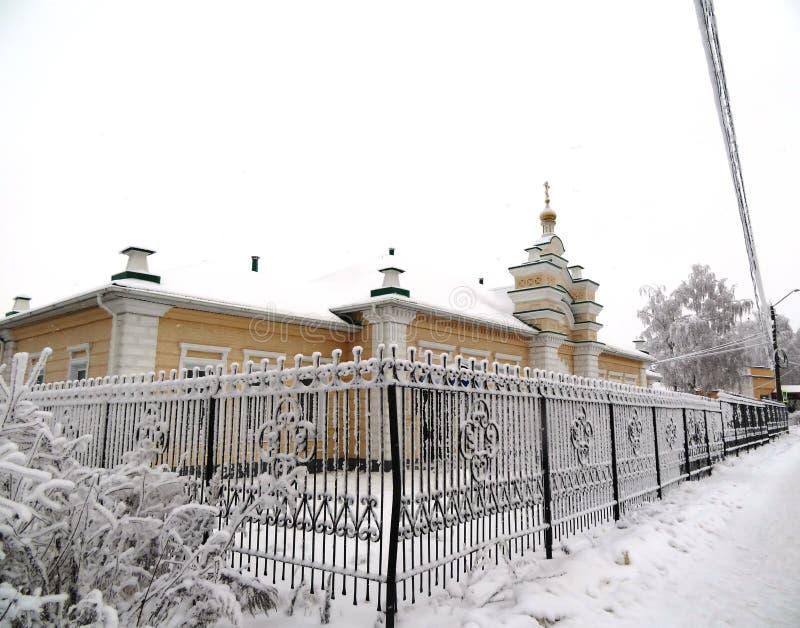 Metaalomheining met rijp in Rusland wordt behandeld dat royalty-vrije stock foto